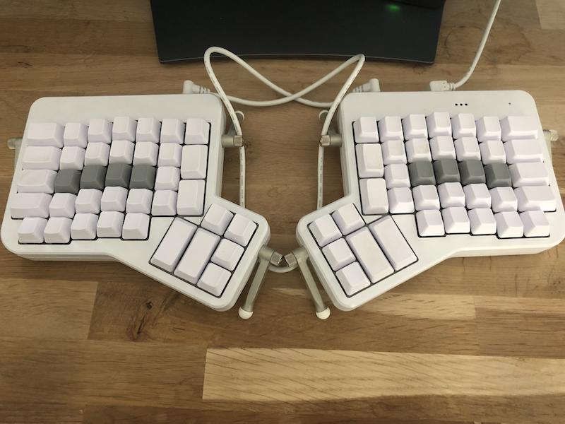 clavier Ergodox sur un bureau en chêne